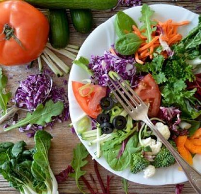 Más de 10 aliños saludables y diferentes para tus ensaladas de lechuga, pasta, orientales...